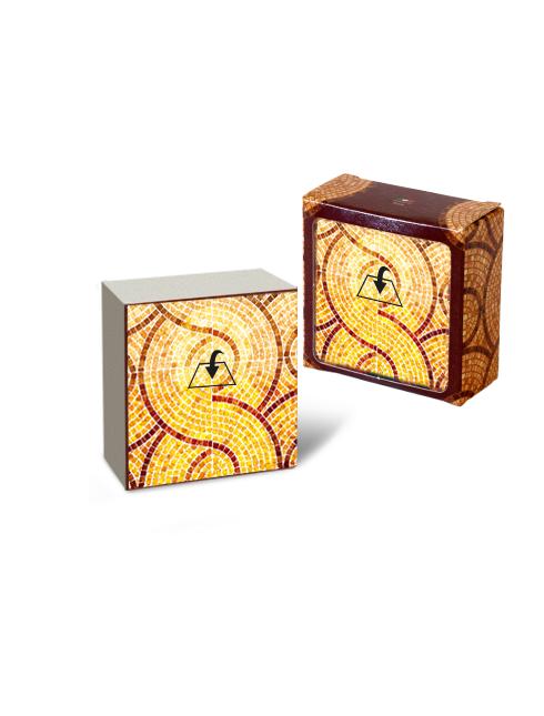 Quadretto in legno di forma cubica con immagine e dettagli dorati