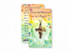 Cartoncino con ciondolo croce dell'amicizia in ulivo